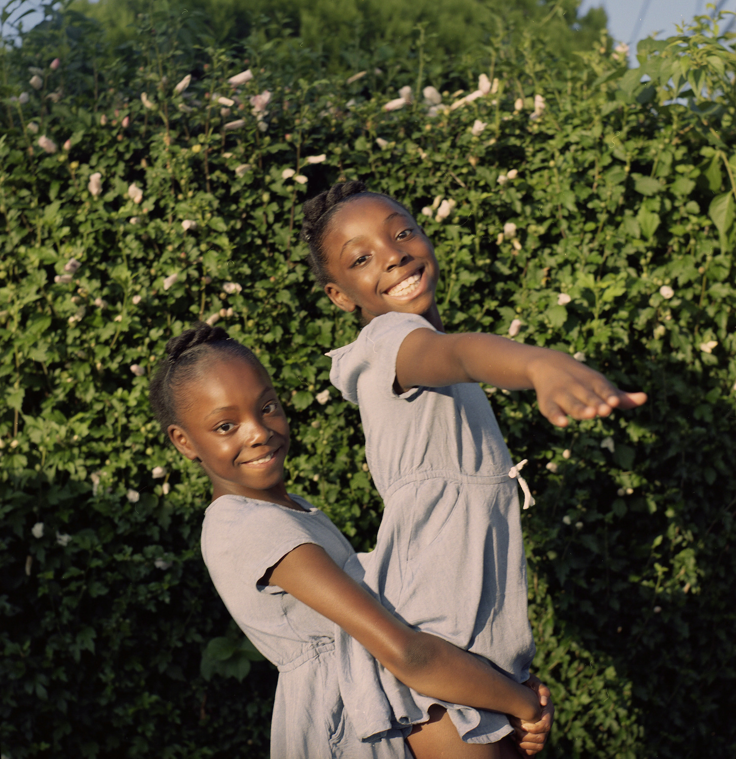 The enduring friendship of black twin sisters in photos
